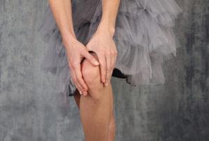 バレエの膝の痛みで悩む女性