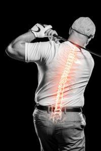 ゴルフの腰痛で苦しむ男性