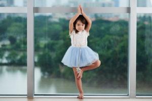 バレエのバランストレーニングする女の子