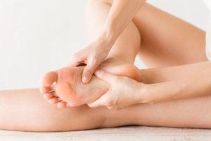 足裏の痛みで悩む女性