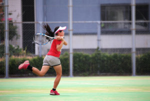 力強くラケットを振る女の子
