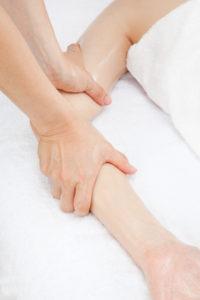 肘痛のマッサージ整体を受ける女性