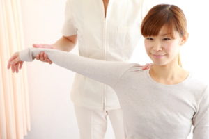四十肩・五十肩の整体治療をうけた女性