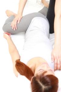 ヘルニアのための 体操をする女性